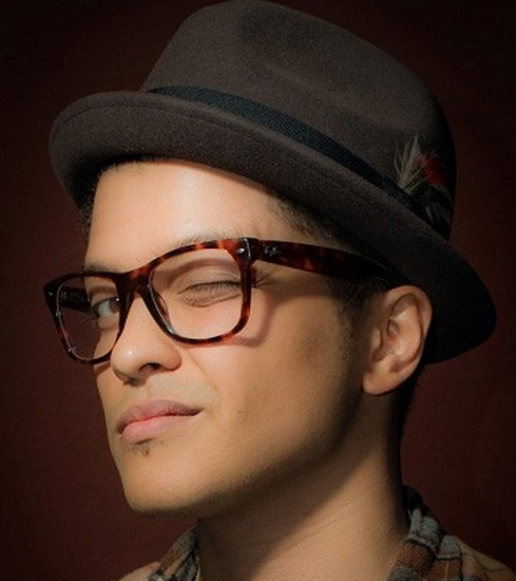 Being a huge fan of the Ray Ban Wayfarer, Bruno Mars chose a frame design for his eyeglasses that is very similar of the iconic sunglasses.