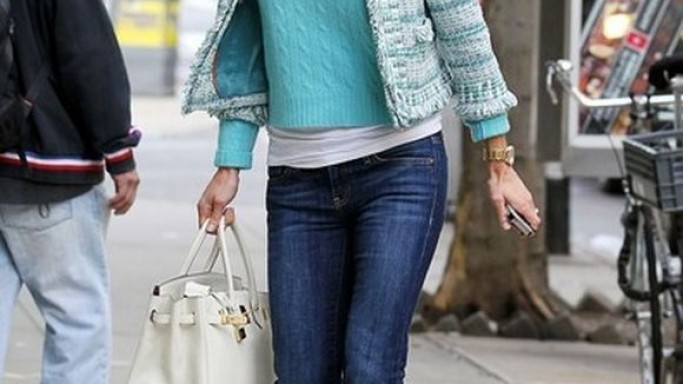Walking on the pavement in New York City, reality star Bethenny Frankel was spotted in her fab looks with a tweed jacket from Tory Burch along with a matching knit sweater.