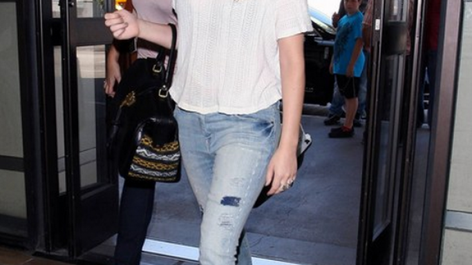 Jennifer Lawrence is one of the many celebrity fans of Current/Elliott jeans and the starlet has been seen wearing the brand's Stiletto jeans in a slouchy fit during many of her outings.