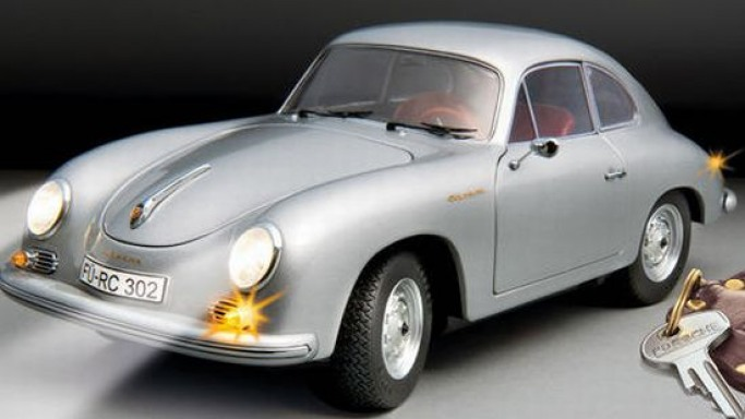 Drive the Porsche A 356 1:18 with radio remote control